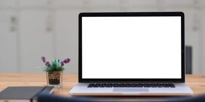 computer portatile con schermo vuoto foto