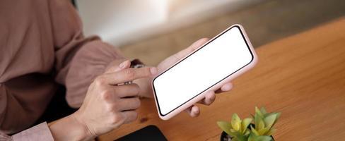 donna che tiene in mano uno schermo vuoto che simula il telefono cellulare foto