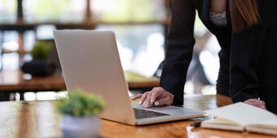 primo piano donna che utilizza il computer portatile in ufficio foto