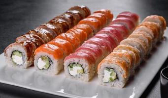 cibo giapponese con avocado, gamberi, granchio e salmone foto
