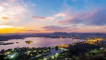 città di udaipur sul lago pichola la sera foto