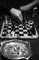 partita a scacchi con posacenere foto
