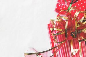 regali di natale decorati in carta verde e rossa sfondo di natale foto