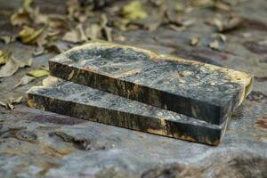 colata di legno di radica di acero resina epossidica sul tavolo foto
