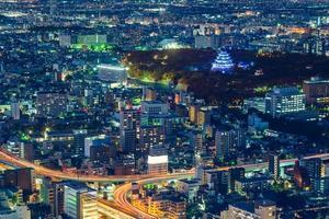 vista notturna di nagoya con il castello di nagoya in giappone foto