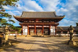 porta centrale di todaiji, grande tempio orientale, a nara, in giappone foto