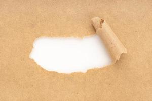 spazio bianco vuoto in carta strappata marrone. modello foto