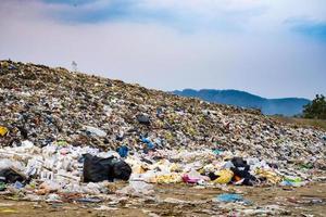 montagna inquinata grande mucchio di rifiuti e inquinamento and foto