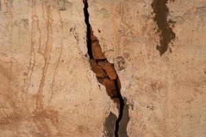 crepa vecchia struttura concreta del muro di mattoni foto