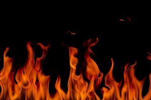 fiamme di fuoco con fumo su sfondo nero foto