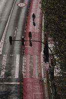 ciclista per strada nella città di bilbao spagna foto