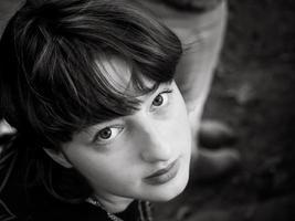 giovane adolescente in giardino foto