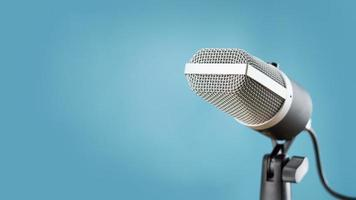 microfono per registrazione audio o concetto di podcast, microfono singolo su sfondo blu morbido con spazio di copia foto