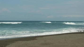 una foto di una vista sul mare che è blu e sembra fresca