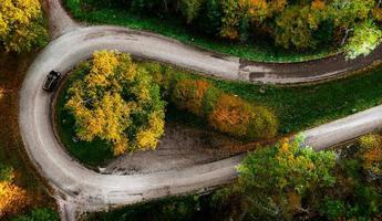 strada a zig-zag, incorniciata da una foresta autunnale arancione foto