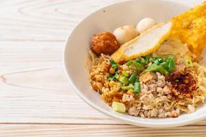 noodles piccanti con polpetta di pesce e carne di maiale macinata, o noodles tom yum - stile cibo asiatico foto