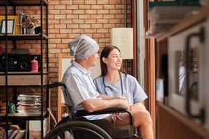 i malati di cancro ricevono cure riabilitative in una casa privata. foto