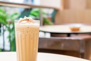 caffè espresso miscelato sul tavolo nella caffetteria bar e ristorante foto