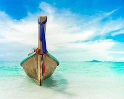 barca lunga in mare foto