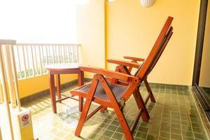 decorazione della sedia del patio in legno sul balcone foto