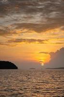 bella luce al tramonto in mare in estate. foto