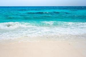 onde del mare limpido e spiaggia di sabbia bianca in estate. foto