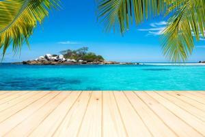 pavimento in legno o tavolato sullo sfondo del mare calmo. foto