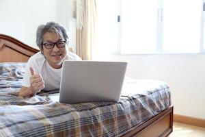 rilassati uomo asiatico foto