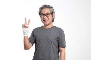 uomo con una mano ferita foto