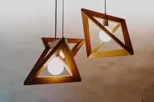 bella decorazione della lampada a sospensione sul muro foto