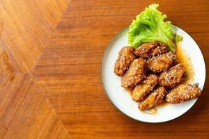 pollo fritto con salsa piccante coreana e sesamo bianco foto
