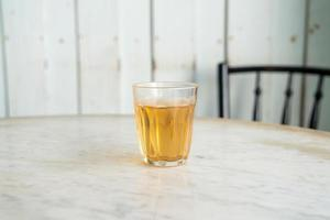 tè cinese caldo in vetro sul tavolo foto