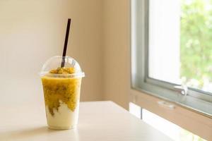 frullati di frutto della passione fresco con yogurt in bicchiere foto