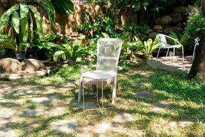 sedia bianca vuota in giardino foto