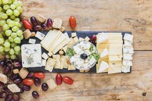 antipasti gustosi con uva pomodori piatto di formaggio. bellissimo concetto di foto di alta qualità