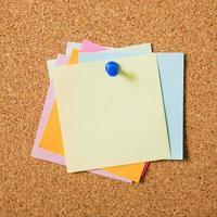 vari colori post-note adesive con bacheca di sughero puntina. bellissimo concetto di foto di alta qualità