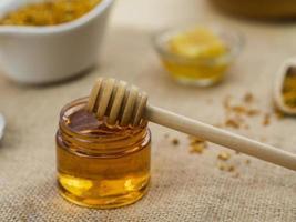 mestolo di legno appiccicoso miele. bellissimo concetto di foto di alta qualità