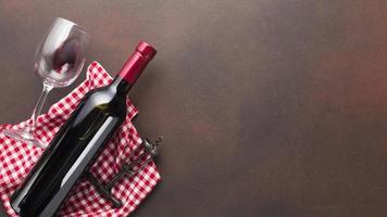 sfondo vintage con bottiglia di vino rosso. bellissimo concetto di foto di alta qualità