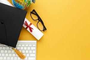 occhiali da sole accademici con vista dall'alto con tastiera. bellissimo concetto di foto di alta qualità