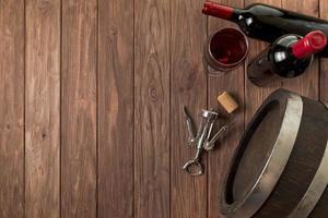 vista dall'alto bottiglie di vino fondo in legno. bellissimo concetto di foto di alta qualità