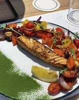 trancio di salmone arrosto con contorno di verdure foto