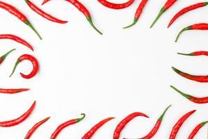 peperoncino rosso caldo isolato su sfondo di carta. foto