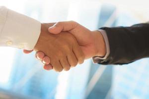 primo piano di uomini d'affari si stringono la mano foto