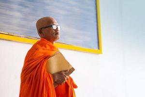 monaci in thailandia con un libro foto