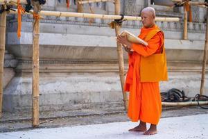 i monaci in thailandia stanno leggendo libri foto