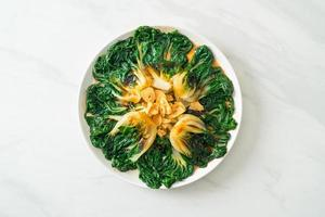 cavolo cinese con salsa di ostriche e aglio - stile cibo asiatico foto