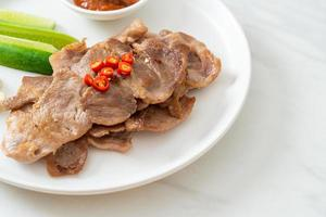 collo di maiale alla griglia affettato su piatto in stile asiatico foto