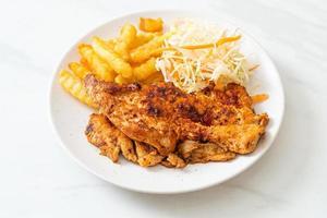 bistecca di pollo alla griglia piccante barbecue con patatine fritte foto