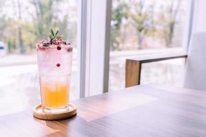 bicchiere di soda pesca e frutti di bosco foto