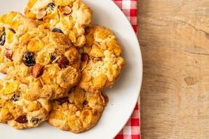 biscotti fatti in casa con cornflake uvetta e mandorle foto